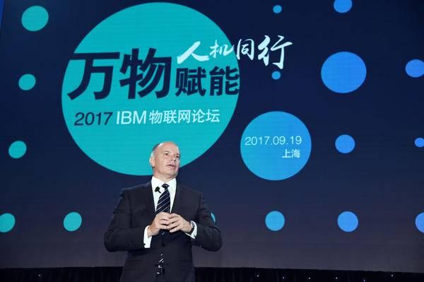 (上图为IBM全球Watson物联网事业部产品战略和研发总经理Chris OConnor) 全球万物互联时代逐步到来,中国早在2009年就提出感知中国战略,以国家战略性新兴产业的高度大力推进物联网产业。十二五期间,中国成为全球物联网发展最为活跃的地区之一。根据工信部数据,2015年底我国物联网产业规模已达7500亿元,十二五期间年均复合增长率达到25%。 随着物联网产业的深入发展以及NB-IoT商用网络在中国的大面积建成和覆盖,物联网产业的竞争已经从传感器和基础芯片层面,转向了物联网平台。建