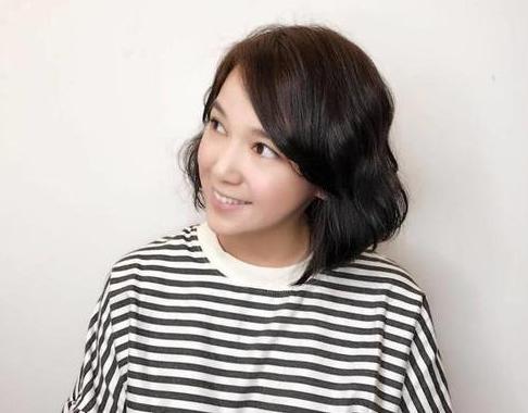 这款造型比较显韩范,简单的一款俏丽短卷发,成熟中也带有甜美可爱,侧